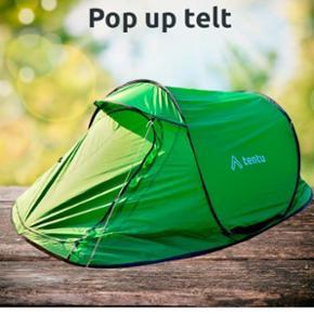 Jeg sælger dette super smarte festivals pop-up telt. Perfekt til 1-2 personer og så er det nemt og enkelt at folde sammen igen.  Teltet er pakket sammen i en medfølgende taske. Længde: 210cm.. Bredde: 130cm.. Højde 100cm Det er et to lags stærkt og vandtæt telt. Sælger teltet da jeg ikke for brug for det alligvel.   Giv gerne et bud.