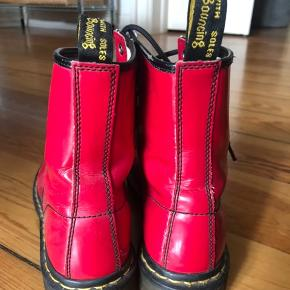 DR Martens støvler. De har tydelige tegn på slid på snuden og den ene sål er lidt bøjet nede i skoen (kan 100p fikses nemt). Har selv købt dem i en vintageforretning i Paris til kr. 500, men får dem desværre ikke brugt, som ønsket. #Secondchancesummer