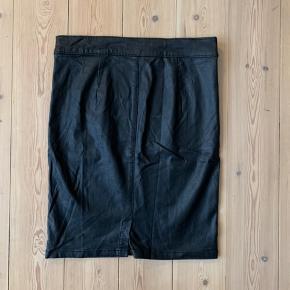 """Lækker, elastisk """"læder"""" nederdel. Den er brugt få gange, men fremstår så fint! Den er lidt krøllet, da den bare har ligget bagerst i skabet, men den er ikke krøllet, når den kommer på - se billederne🌻"""