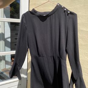 Sælger denne smukke kjole, der aldrig har været brugt. Har fine perleknapper på den ene skulder.