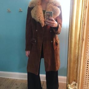 Smuk 70's vintage jakke. Med bæltespænde og krave! Perfekt til brede bukser og groovey vibes. Str. Small ca. Bud modtages
