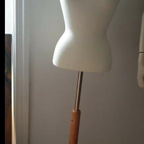 Mannequin/Gine str.S/M Mål: Bryster 91 cm Talje      63 cm Hofeter 89cm Højden er justerbar fra 122 til 164 cm. Kun personlig afhentning