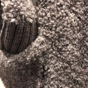 Super lækker strik cardigan med hætte og lommer . Blød og lækker kvalitet   Den er som ny 👍
