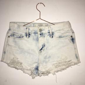Sælger mine shorts fra Abercrombie & Fitch. De er brugt 2 gange, og passer en str S-M. Nypris var ca. 600kr. Byd gerne!