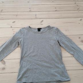 Varetype: Bluse Farve: Grå Prisen angivet er inklusiv forsendelse.  Klassisk Filippa K trøje i grå. Måler 36 cm fra under armen og ned. Ingen pletter