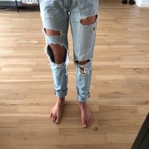 Godt brukte hullete jeans fra Gina Tricot i størrelse 24/32.  Mengderabatt gis