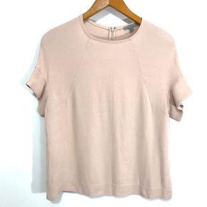 Sælger denne pudderfarvede top / bluse fra Cos da jeg ikke får den brugt. Den er kun brugt er par gange og fremstår som ny. Bytter IKKE! Køber betaler porto. Har mobile pay.