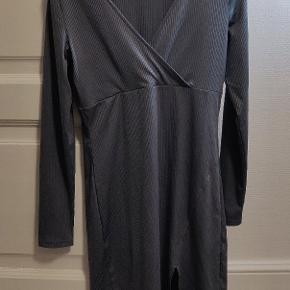 Lækker kjole fra h&m i god kvalitet og masser af elastik (sidder tæt)  Er måske bruge 2 gange og er som helt ny  Størrelse 40 Sælges billigt  Kan ses i Hillerød eller sendes