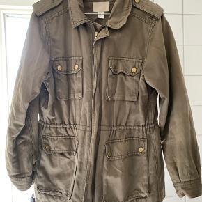Army grøn militær inspireret jakke fra H&M.  Kan snøres ind i taljen.