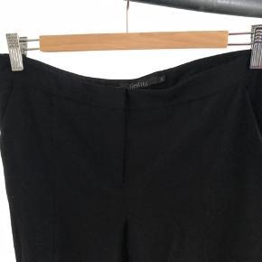 Flotte bukser fra Gestuz i str. 38. Bukserne har en diskret skjult lynlås forneden foran, så man har mulighed for at lyne lidt op, for at vise skoene/benene lidt mere frem.