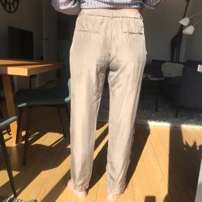 Bukser fra Tiger of Sweden i størrelse 36 men den svarer mere til 38/40. Sælges da de ikke er min stil. Det sidste billede viser en plet, som ikke er tydelig men som jeg ikke har kunnet fjerne.  Desuden er der en plet mere, der bare skal vaskes væk, og det gør jeg gerne før de købes.   Byd gerne. Der gives rabat ved køb af flere ting.   #30dayssellout
