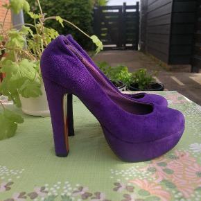 Flotte heels i en fantastisk farve, sidder godt på foden.   Mærke: Jette Riis, brugt 2-3 gange.