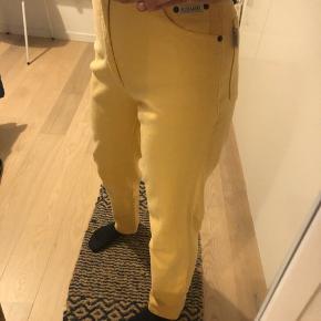 Bukserne er så gode som nye. De er en str m, men er selv en s og de passer mig perfekt.  Der er en lille plet nederst på det ene bukseben, vidst på sidste billede.