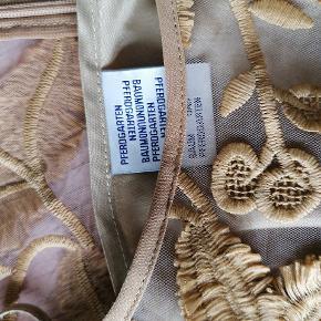 Smuk blonde bluse fra Baum Und Pferdgarten, brugt få gange. Inkl. top med stropper.