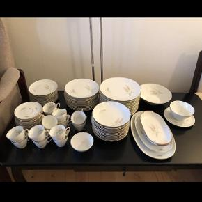 Porcelæn • Edelstein AksboSpisestel + Kaffestel til 12 personer og sovseskål og 4 fade I alt: 83 dele Perfekt stand fra ikke-ryger hjem.   Reelle bud er velkomne 😊 Afhentes i Rødovre
