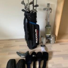 Golf sæt, med golf bag, vogn og diverse. Sælges på grund af flytning. Befinder sig i Silkeborg