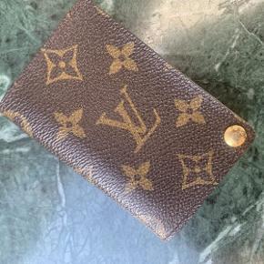 Vintage Louis Vuitton kortholder af monogram kanvas.  Pungen fremstår i flot velholdt stand.  Der medfølger ikke originalt købstilbehør til pungen.  Pungen måler ca 10x7cm.