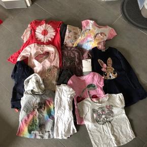 Pige tøjpakke str. 122/128 Alt tøjet er brugt, noget mere end andet. Umiddelbart ingen huller eller pletter (på nær den ene natkjole) men jeg har ikke nærstuderet tøjet.  5 T-shirts (H&M, VRS) 2 Undertrøjer (VRS) 2 par bukser/leggings (H&M, Friends) 3 bluser (H&M, Krymmel, Lemon Beret) 4 trøjer (H&M) 5 kjoler (Danefæ, H&M, Blue Seven) 3 natkjoler (den ene har en plet på ærmet) (LEGO, Disney, My little Pony) 1 par NYE strømpebukser (VRS)  I alt 25 dele for kun 125kr!