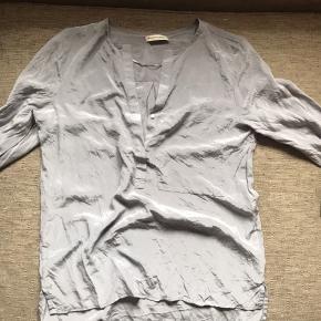 100% silke bluse Brugt få gange, skinner utrolig flot BYD gerne Bytter ikke