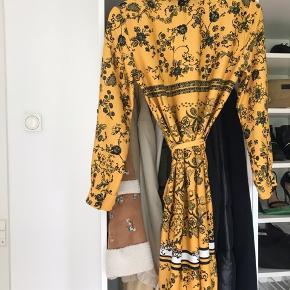 Flot gul sommerkjole fra Zara i en str. 34. Sælges for 249.