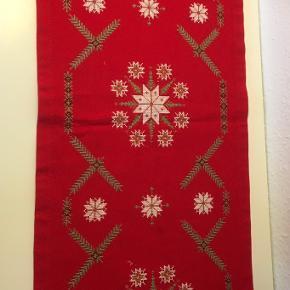 Elegant håndbroderet  Bordløber  jul juledug  Rød kobber hvid - fint gammelt håndarbejde  Iskrystaller og Gran motiv   115 x 34   Sender gerne