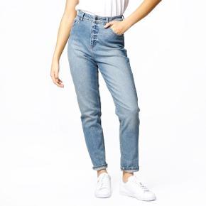 Super fede Cheap Monday jeans med mom fit i str. 32/32 👌🏼 aldrig brugt, kun vasket. Nyprisen var 400 kr.   Bemærk - afhentes ved Harald Jensens plads eller sendes med dao. Bytter ikke 🌸  🌙 Jeans bukser momfit løse loose fit cowboy lyseblå lys blå blå