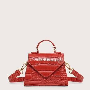 Sælger denne helt nye taske, aldrig brugt Super flot og kan hurtig pifte et outfit op!  Pris: byd😌