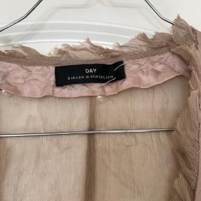 En super fin gennemsigtig bluse/cardigan med perler. Den har en del år på bagen men super flot over evt. En hvid strop bluse. Der er en lille plet på som jeg ikke har forsøgt at få af, men ikke noget som sidder lige for og kan ikke rigtig ses ☺️  Se også alle mine andre annoncer 💃  Byd!