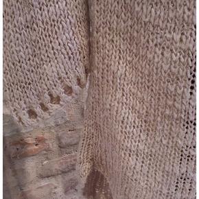 Skøn sandfarvet strikkjole, med brunt fletbælte. Den er dejlig lun, på trods af det grovmaskede strik!  Længde: 116cm hvor længst, 105cm hvor kortest. Brystomkreds: 96cm (masser af stræk)  Sender til GLS eller DAO shop for 38kr.  Prisen er fast, men fri porto ved køb over 300kr, så tjek endelig mine mange andre annoncer...