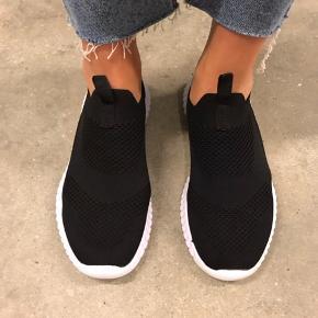 Knit sneakers med memory foam sål.  Brugt et par gange og fejler intet :)