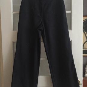 Brand: Shoshan Varetype: Bukser Farve: Blå  Fede bukser med høj linning og brede ben    Liv: 75 cm   Skridtlængde: 73 cm   Materiale: der er intet mærke i, men det føles som et blandingsmateriale.   Falder tungt og krøller ikke    Sender med dao
