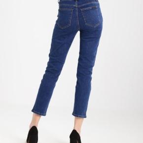 Dr. Denim jeans i modellen Eddie, w29 l28 (ankel længde). De er highwaste, men giver sig ved brug og er ikke skinny 🌸 De er brugt og vasket én gang, fremstår derfor som nye 🍀