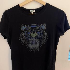 fed kenzo t-shirt med blå tigerhoved. brugt, men har ingen brugstegn/fejler intet. er åben for bud!