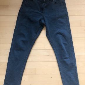 Bukserne er mørkegrå, der er stræk i stoffet. Mærke: Luxzuz one two