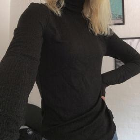 Sort trøje med høj hals og glimmer/metallic detaljer, fra Jacqueline de Yong.  Rigtig god stand, da den kun er brugt få gange.