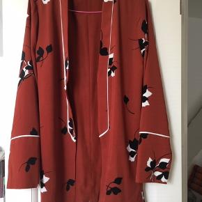 SUper fin jakke, kimono, cardigan med bælte. Farven sort, rustbrun og hvid  Passer str 38, M