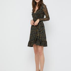 Sælger denne fine kjole fra Ganni, som jeg desværre ikke får brugt. Den er som ny og der er derfor ingen tegn på brug.
