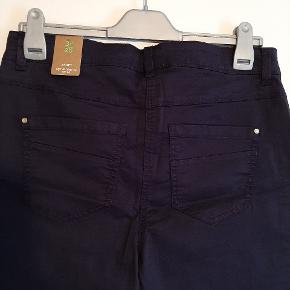 Lærke bukser fra Cecil i str 32/26 i flot blå dæmpet farve.  Jeg plejer at bruge 40/42  og de her er bare for små og derfor må de videre.  Livvidde er 43 cm x 2  og indvendig benlængde  66 cm