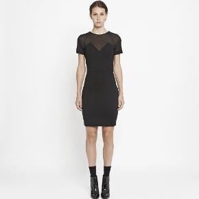 Den lille sorte....helt perfekt gå i byen kjole med gennemgående lynlås bagpå, mesh i halsen og hjerteformet halsudskæring. Virkelig godt snit og kjolen man bare føler sig lækker i🤩
