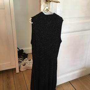 Kun brugt en gang, fin glimmer kjole - perfekt til fest/byen   Køber betaler fragt ;))