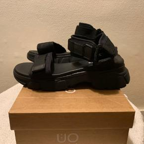 Sorte UO / Iets Frans lidt chunky sandals med regulerebare remme i str 37 Længde fra snude til hælkap ca 24.2 cm Hæl målt bagerst ca 4 cm og sål foran ca 2 cm (Købt sidste år til 500+) Har også ubrugt par i 38 - se evt anden annonce! Hvis afhent 225