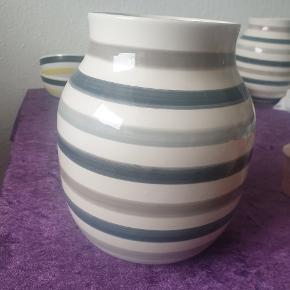 Super fin udgået Multigrå vase Mangler klistermærke og har en ridse som dog er meget svær at få øje på  SENDER IKKE !!!!