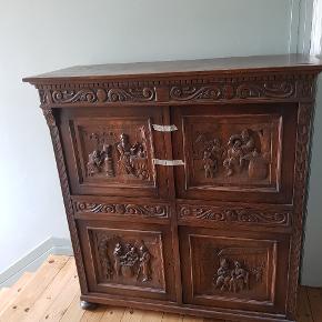Super flot rustikt barok skab med fire hylder og to skuffer. Der er nøgle til, men låsen mangler på den ene låge. Mange fine detaljer.  Bredde: 124cm Højde: 133cm Udvendig dybde: 49cm   Skal afhentes på Nørrebro