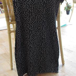 Sort basiskjole fra H&M, str XS Fremstår i en flot stand, stadig flot og klar i farven.