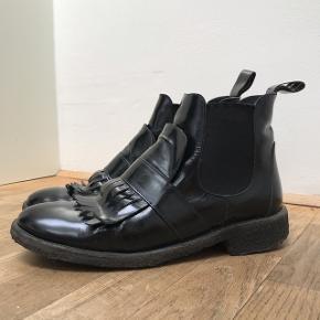 Sorte støvler fra Angulus i læder med flæse og elastik. Virkelig god kvalitet, dog lidt brugte🧡 Passer en str. 38/38,5 BYD!!   Vinterstøvler, ankelstøvler, læderstøvler, boots