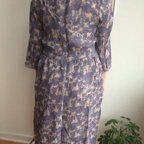 Noa Noa kjole med perledekoration. Lynlås i venstre side. Beige underkjole medfølger. Aldrig brugt. Str XL. (Den er for stor til 'modellen':-))
