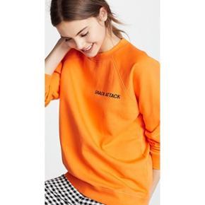 """Orange """"snack attack"""" sweatshirt fra Ganni i str. L. Desværre for stor til mig. Aldrig brugt🌼  Afhentning i Valby eller forsendelse med DAO via Tradonos handelssystem, som sikrer både køber og sælger."""