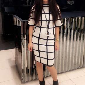 Karen Millen nederdel + top - stilet sæt som kan bruges i alle sæsoner! - viscose og uld  - nypris 3000kr - str. XS men kan passes af small samt  medium da der er meget stræk i! -  BYD  OBS: overdelen er solgt