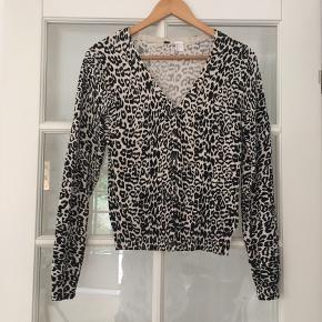 🌸 Leopard mønstret cardigan str. 36 Brugt en enkelt gang. Fejler intet.   Kan hentes i Odense sv eller sendes mod betaling af Porto :)