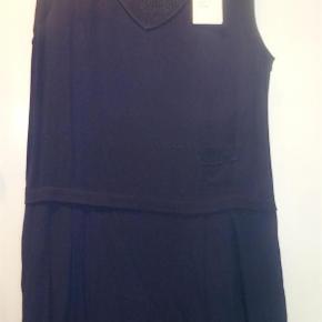 Varetype: Fantastisk kjole fra Sita Murt med flot ryg Størrelse: 44 lille i  str. -svarer til 40/42 Farve: blå Oprindelig købspris: 1400 kr.  Fantastisk kjole fra Sita Murt / ALDRIG BRUGT / stadig med prismærke -tag på / 1400 kr.  Længde 100cm Brystmål 55,5 cm x 2   Lille i str - svarer til str 40 /42 Sendes med forsikret Daopost for 37 kr på købers regning  BYTTER ALDRIG